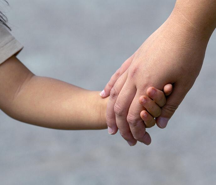 手を繋ぐ子供と大人